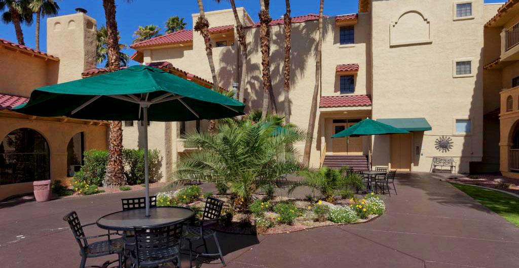 La-Quinta-Inn-&-Suites-Hotel-02